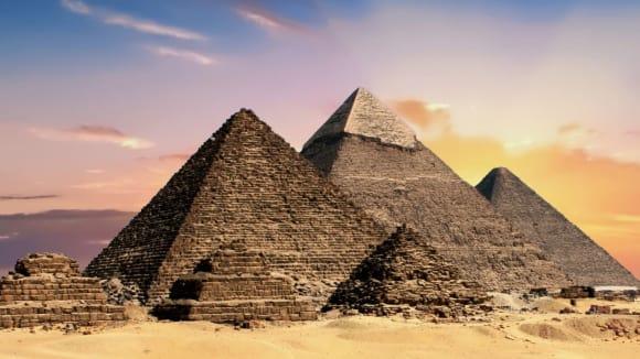Takto známe pyramidy všichni.