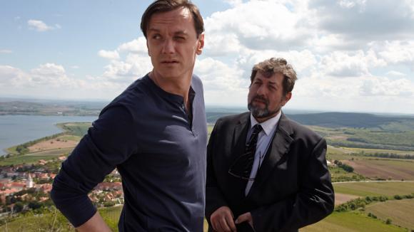 Režisér (Jan Vlas) a ústřední postava klipu, starosta Olin (Zdeněk Junák)