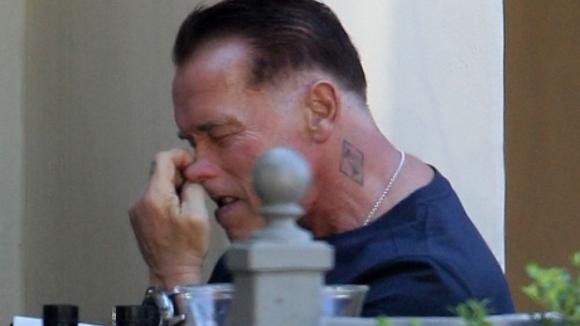 Herec Arnold Schwarzenegger čeká na oběd v Brentwoodu v Kalifornii...