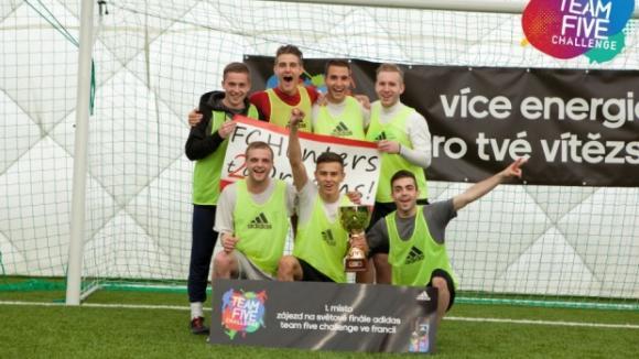 adidas Team Five Challenge – vítězný tým česko slovenského finále FC HUNTERS2DREAMS se raduje