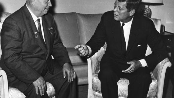 John Kennedy a Nikita Khrushche v roce 1961
