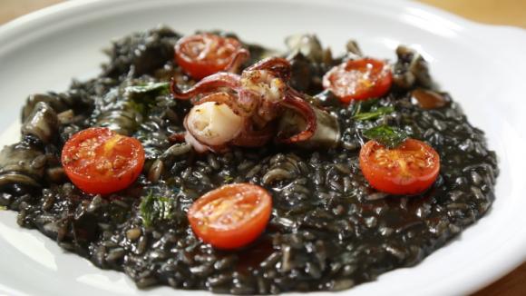 Černé rizoto obarví sépiový inkoust a chutná skvěle!