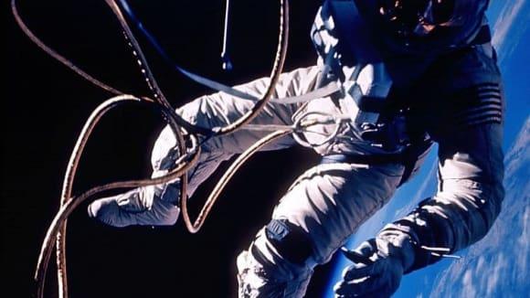Astronauti Národního úřadu pro letectví a vesmír (NASA) nafotili ve vesmíru sérii snímků inspirovaných oscarovým filmem Gravity, v němž Sandra Bullocková bojuje na oběžné dráze o přežití.