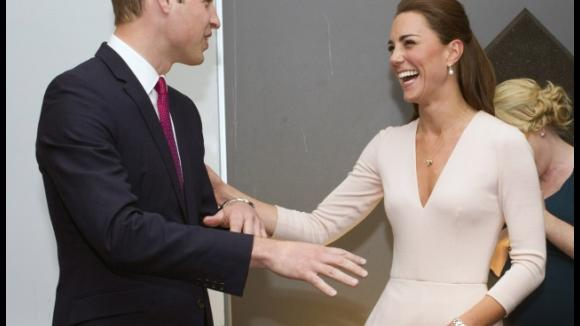 Krásný kostým s výstřihem jistě ocenil i její manžel William