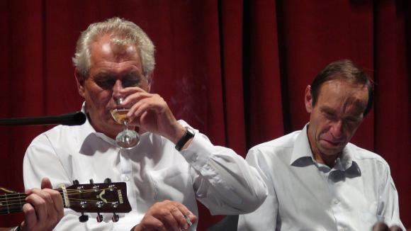 Šest skleniček vína a tři panáky denně není extrémní pití - je to denní spotřeba alkoholu prezidenta Miloše Zemana