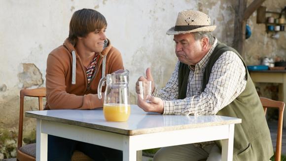 Bedřich se snaží Michala o víně všemu naučit