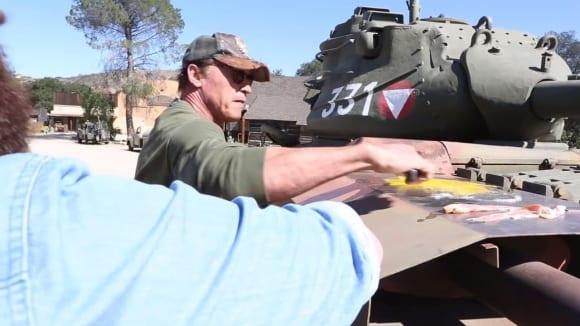 Jako pomocný gril poskytl Arnold svůj rozpálený tank