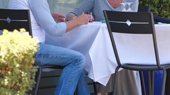 Melanie Griffith byla na kafi s neznámým mužem.