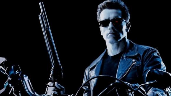 Arnold se rád vrací. I se svojí brokovnicí.