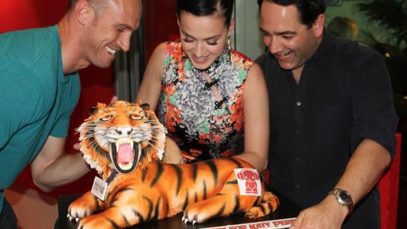 Katy Perry dostala ke svému singlu Roar stylový dort