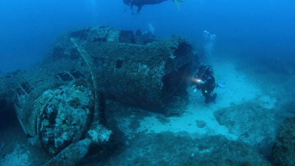 Potápěči u sestřeleného bombardéru B-17