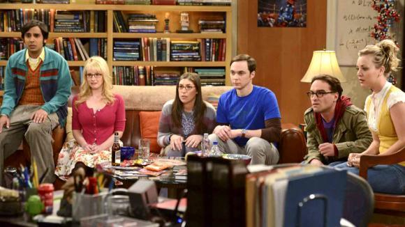 Teorie velkého třesku - partička sleduje v TV Howarda letícího do vesmíru