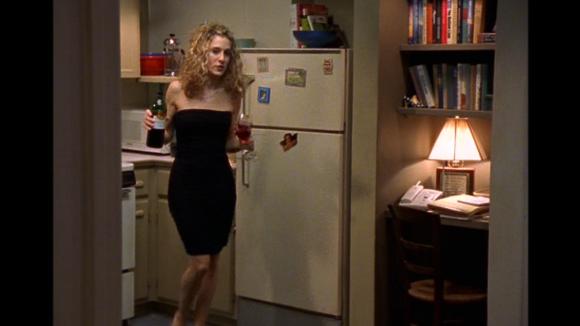 Carrie v černých šatech bez ramínek