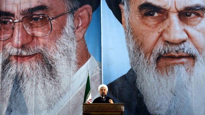 Trojice velkých hráčů: Současný prezident Íránu Hasan Rúhání před portréty Sajjida Alí Chameneího (vlevo) a Rúholláha Chomejního.