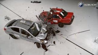 Crash test zastaralého a moderního auta má jasného vítěze.