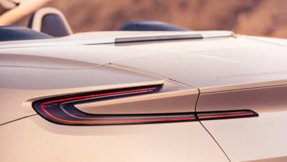 Nádherný roadster Aston Martin DB11 Volante. 16