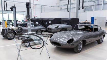 Stovky klasických Jaguarů a Land Roverů v obřím centru 29