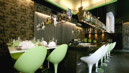 Stolování po tmě dorazilo už i k nám. V pražské restauraci Pod křídlem můžete zajít na večeři v naprosté tmě