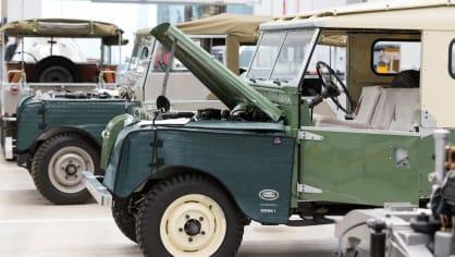 Stovky klasických Jaguarů a Land Roverů v obřím centru 25