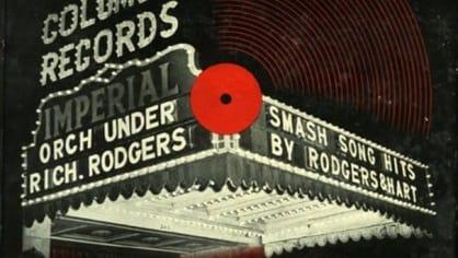 Dříve byly hudební desky prostě zabalené do hnědého papíru. V roce 1938 ovšem přišel třiadvacetiletý designér Alex Steinweiss a vymyslel, že by se desky mohly prodávat s nějakým obrázkem na obalu. První byla deska Smash Song Hits from Rodgers and Hart