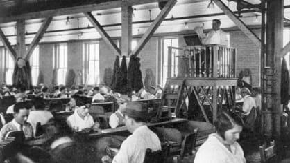Předčítač knih pro manuální pracovníky jako předchůdce rádia