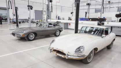Stovky klasických Jaguarů a Land Roverů v obřím centru 4