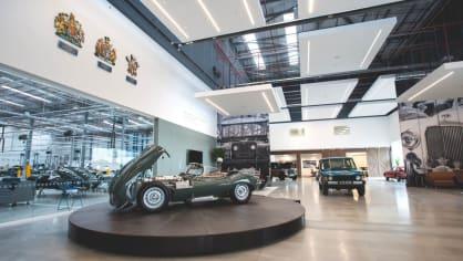 Stovky klasických Jaguarů a Land Roverů v obřím centru 16