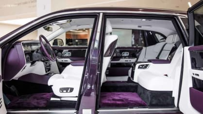 První Rolls-Royce Phantom už je na prodej. Fialový s bílou kůží 6