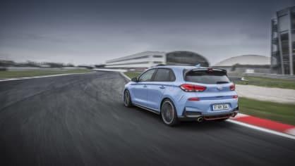 Prohlédněte si ostrý hatchback Hyundai i30 N v pohybu. 12