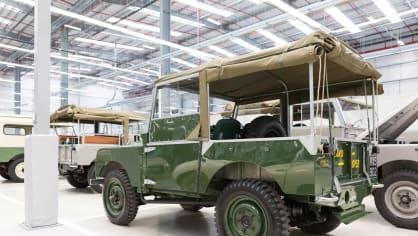 Stovky klasických Jaguarů a Land Roverů v obřím centru 24