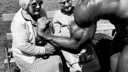Arnold Schwarzenegger předvádí své svaly dvěma starším ženám (70. léta)