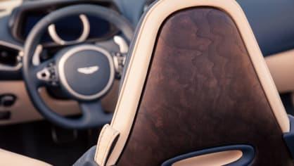 Nádherný roadster Aston Martin DB11 Volante. 15