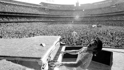 Elton John na koncertě v Los Angeles. (1975)
