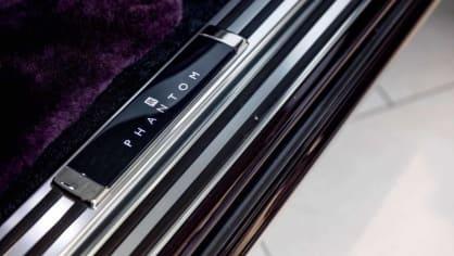 První Rolls-Royce Phantom už je na prodej. Fialový s bílou kůží 9