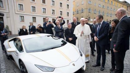 Papež dostal Lamborghini Huracán 2