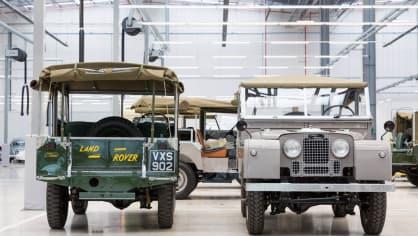 Stovky klasických Jaguarů a Land Roverů v obřím centru 21