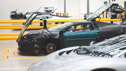 Stovky klasických Jaguarů a Land Roverů v obřím centru 14