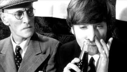 John Lennon šňupe Coca Colu.