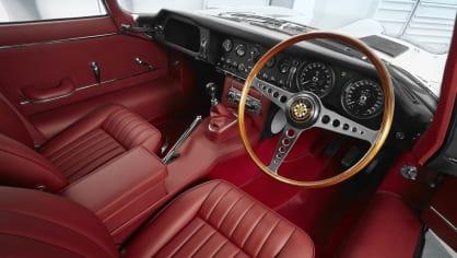 Stovky klasických Jaguarů a Land Roverů v obřím centru 11