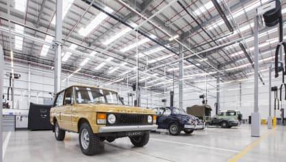 Stovky klasických Jaguarů a Land Roverů v obřím centru 5