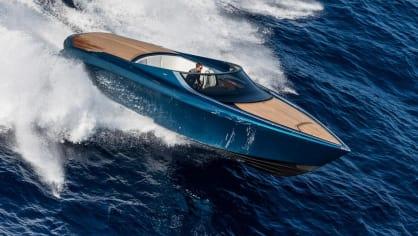 Aston Martin nabízí luxusní jachtu AM37 i ponorku Neptune. 3