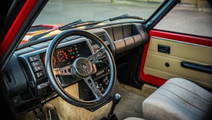 Renault 5 Turbo ve vzácné verzi Evolution. 32