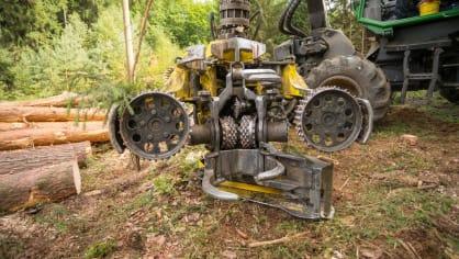 Strom dokáže harvestor naporcovat doslova za pár sekund. 2