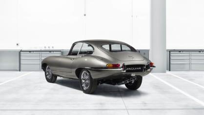 Stovky klasických Jaguarů a Land Roverů v obřím centru 10