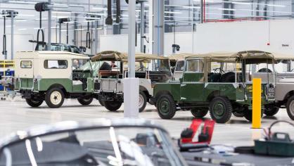 Stovky klasických Jaguarů a Land Roverů v obřím centru 22