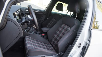 Volkswagen Golf GTI interiér 6