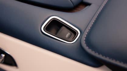 Nádherný roadster Aston Martin DB11 Volante. 20