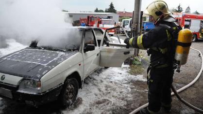 Požár zničil elektrickou Škodu Favorit 7
