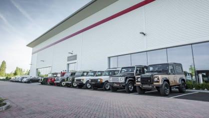 Stovky klasických Jaguarů a Land Roverů v obřím centru 7