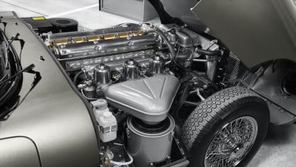 Stovky klasických Jaguarů a Land Roverů v obřím centru 12